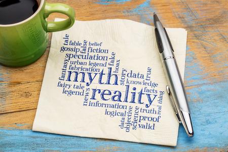falso: mito y la realidad nube de palabras - escritura a mano en una servilleta con la taza de café