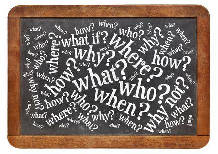 wie, wat, wanneer, waar, waarom, hoe vragen - brainstormen concept op een vintage lei schoolbord op wit wordt geïsoleerd