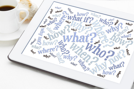 chi, cosa, quando, dove, perché, come domande - concetto di brainstorming - word cloud su una tavoletta con una tazza di caffè Archivio Fotografico