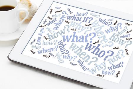 wie, wat, wanneer, waar, waarom, hoe vragen - brainstormen concept - word cloud op een tablet met een kopje koffie Stockfoto