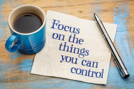 you can: Centrarse en las cosas que puede controlar - asesoramiento sobre una servilleta con la taza de café
