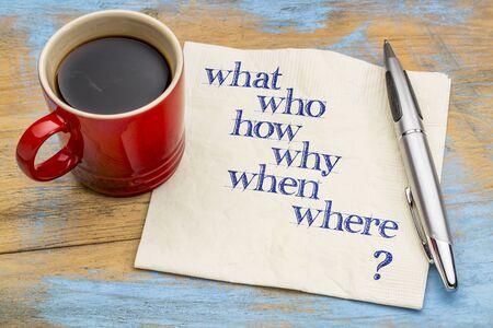 wie, wat, wanneer, waar, waarom, hoe brainstormen of besluitvorming vragen - handschrift op een servet met een kopje koffie