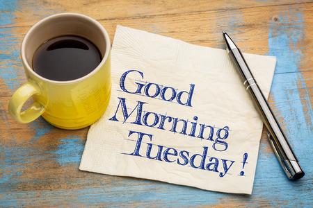 Buon giorno Martedì - scrittura a mano su un tovagliolo con una tazza di caffè espresso Archivio Fotografico - 58366922
