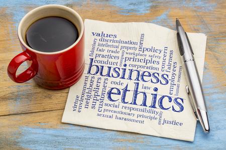 acoso laboral: ética de los negocios palabra nube - escritura a mano en una servilleta con la taza de café Foto de archivo