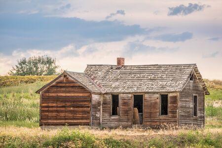 abandoned farmhouse abandoned farmhouse: old abandoned farmhouse on a prairie, St Vrain State Park near Longmont, Colorado Stock Photo