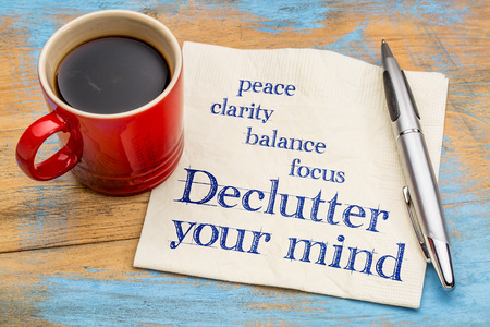 Declutter votre esprit pour la clarté, la paix, la concentration et l'équilibre - l'écriture sur une serviette avec une tasse de café expresso Banque d'images - 59356402