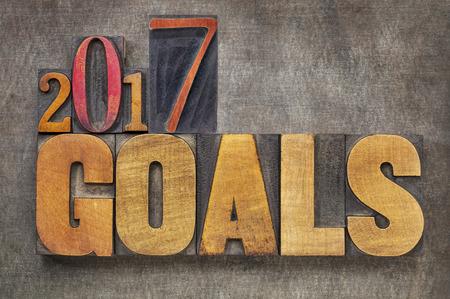 metas: 2017 - Resolución objetivos concepto de Año Nuevo - resumen de palabras en bloques de tipo madera de tipografía contra el fondo del metal del grunge Foto de archivo