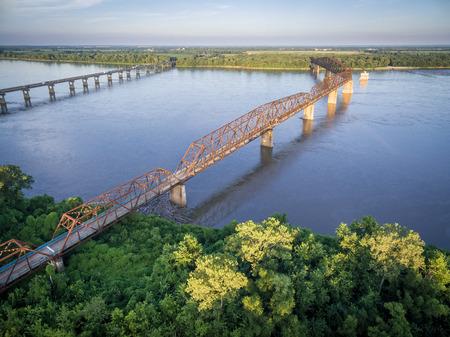 セントルイス - 空撮近くのミシシッピ川で古いものと新しい鎖岩橋 e