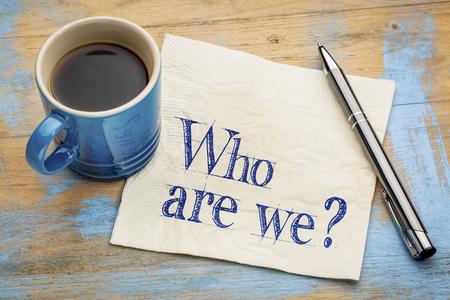 私たちは誰 - エスプレッソ コーヒーのカップでナプキンに手書きの質問