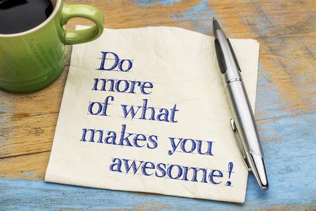 Hacer más de lo que te hace increíble - escritura a mano de motivación en una servilleta con una taza de café espresso Foto de archivo - 63113497