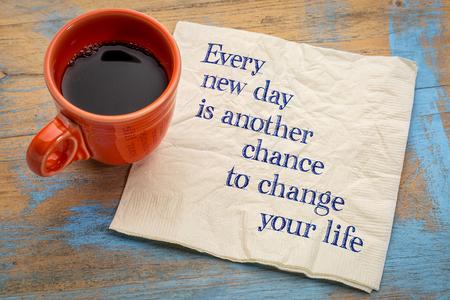 Cada nuevo día es otra oportunidad para cambiar su vida - escritura a mano en una servilleta con una taza de café