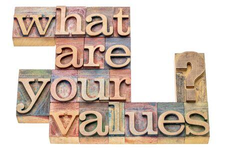 valores morales: ¿Cuáles son sus valores pregunta - palabra aislada resumen en bloques de impresión tipográfica tipo de madera manchados por tintas de color