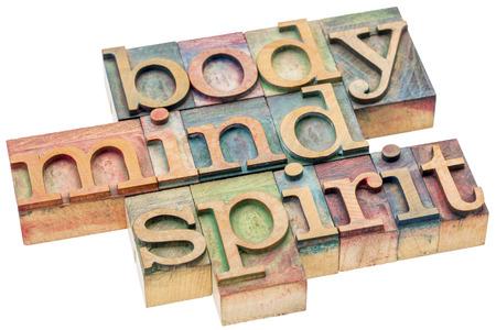 lichaam, geest, geest word abstract - geïsoleerde tekst in boekdruk hout soort cliches