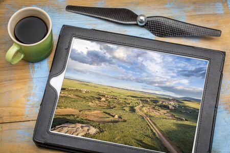 cielo con nubes: fotografía aérea concepto - la revisión de las imágenes de paisaje de la pradera en una tableta digital con una taza de café