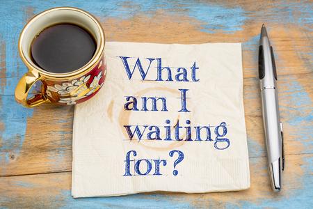 Cosa sto aspettando? Una domanda su un tovagliolo con una tazza di caffè.