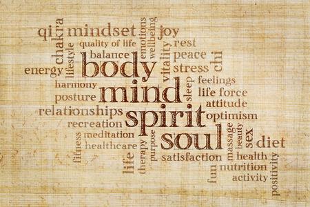 mente, corpo, spirito e anima concetto - nuvola parola su una carta di papiro Archivio Fotografico