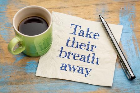 Nimm den Atem - Handschrift auf einer Serviette mit einer Tasse Espressokaffee Standard-Bild - 66089039