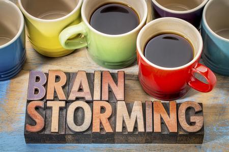 brainstorming - woord abstract in vintage boekdruk houtsoort blokken met verschillende kopjes koffie Stockfoto