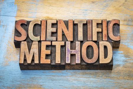 metodo cientifico: método científico - resumen de palabras en bloques de impresión tipo de madera de tipografía contra la madera del grunge Foto de archivo