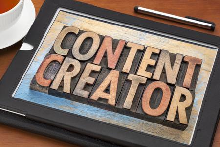 creador: creador de contenido - resumen de palabras en bloques de impresión tipográfica cosecha de madera de tipo en una tableta digital