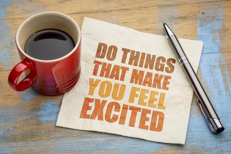 pasion: Haga cosas que lo hacen sentir excitado - resumen de palabras en una servilleta con una taza de café