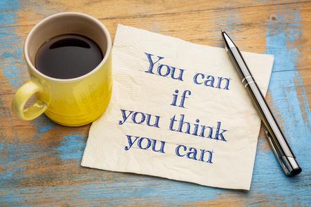 tu puedes: Puede si cree que puede - escritura a mano inspirada en una servilleta con una taza de café Foto de archivo