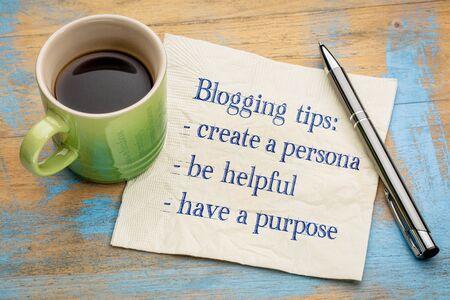 Bloggen tips - handschrift op een servet met een kopje espresso koffie Stockfoto - 67618922