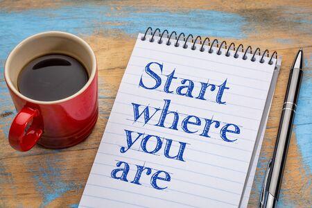 당신이 조언하는 곳에서 시작 - 커피 한잔과 나선형 노트북에서 필기