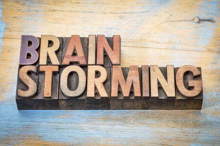 brainstorming - woordsamenvatting in vintage letterzetsel houten typeblokken