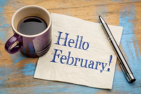 Bonjour Février - écriture sur une serviette avec une tasse de café Banque d'images