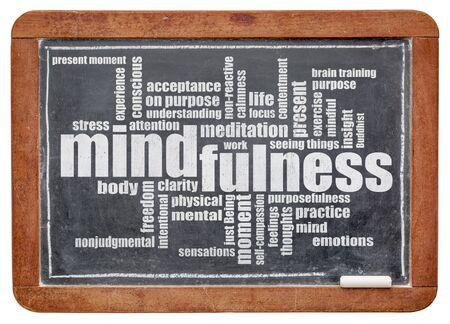 클리핑 경로와 격리 빈티지 슬레이트 칠판에 흰색 분필에 mindfulness 단어 구름