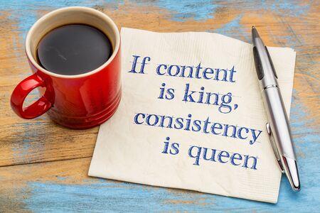 Si el contenido es el rey, la consistencia es la reina - blogs y la punta de medios de comunicación social - escritura a mano en una servilleta con una taza de café Foto de archivo