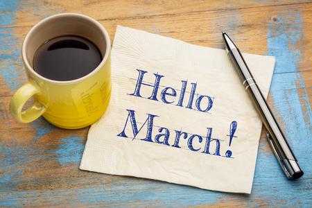 Bonjour March - écriture sur une serviette avec une tasse de café