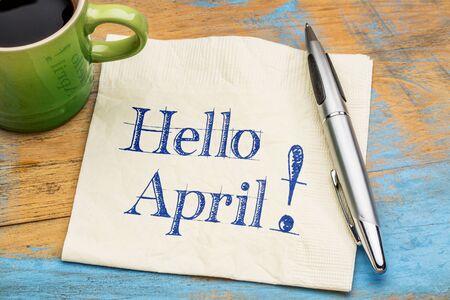 Bonjour Avril - écriture sur une serviette avec une tasse de café