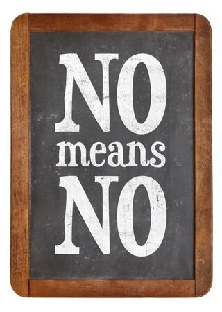 Geen middelen geen anti-verkrachtingslogan - communicatie concept - witte krijttekst op een uitstekend leibord