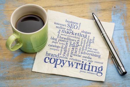 Copywriting palabra nube - escritura a mano en una servilleta con una taza de café Foto de archivo - 76062567