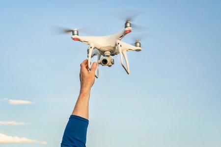 CARR, CO, USA - 12 AVRIL 2017: Lancement de DJI Phantom 4 pro quadcopter drone - mains de l'opérateur et drone contre le ciel. Banque d'images - 77119360