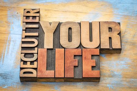 Declutter su resumen de palabras de la vida en bloques de impresión de madera de tipografía vintage Foto de archivo - 76563306