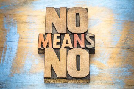 Geen middelen geen anti-verkrachtingsslogan - communicatie concept - woordsamenvatting in uitstekend letterzetsel houten type
