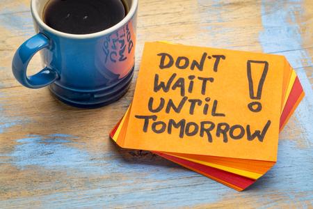 No espere hasta mañana - consejo o recordatorio en una nota adhesiva con una taza de café Foto de archivo - 77505363
