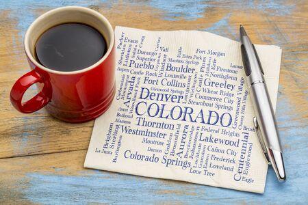 grandes villes du Colorado (avec plus de 5000 personnes) nuage de mots - écriture manuscrite sur une serviette avec une tasse de café