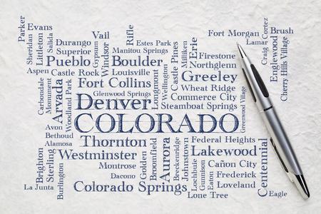 grandes villes du Colorado (avec une population de plus de 5 000 habitants) nuage de mots - écriture manuscrite sur papier lokta blanc