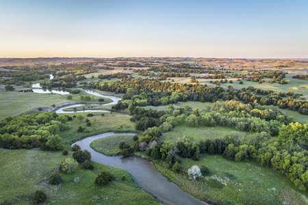 Vue aérienne de Dismal River à Nebraska Sand Hills près de Thedford, paysage de printemps allumé par la lumière du lever du soleil