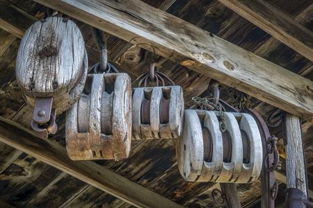poleas: Vintage poleas de madera en un antiguo granero o taller