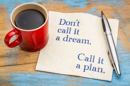 꿈이라고 부르지 마라. 계획이라고 부르세요. 커피 한잔과 냅킨에 필기