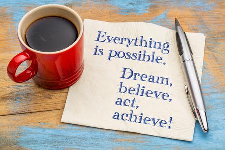 모든 것이 가능하다. 꿈을 꾸고, 믿고, 행동하고, 성취하십시오! 커피 한잔과 냅킨에 필기