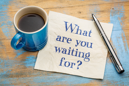 何を待っている質問 - 一杯のエスプレッソ コーヒーとナプキンの手書きの文字