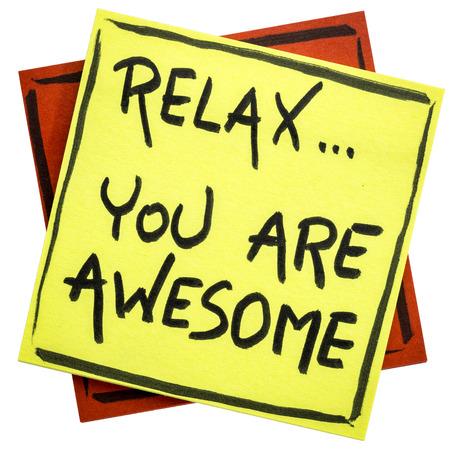 긴장을 풀고, 당신은 최고입니다 - 알림 또는 긍정 긍정 - 격리 된 스티커 메모에 필기