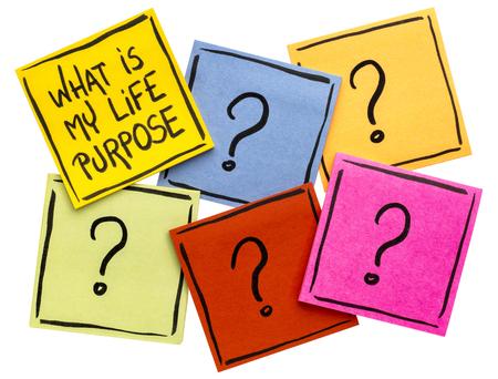 내 인생 목적은 무엇인가? 여러 물음표가있는 격리 된 스티커 메모에 필기 스톡 콘텐츠