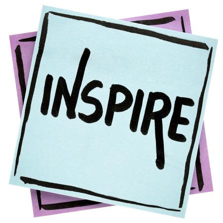 Inspire - 조언 또는 알림 - 격리 된 스티커 메모에 검은 색 잉크로 필기
